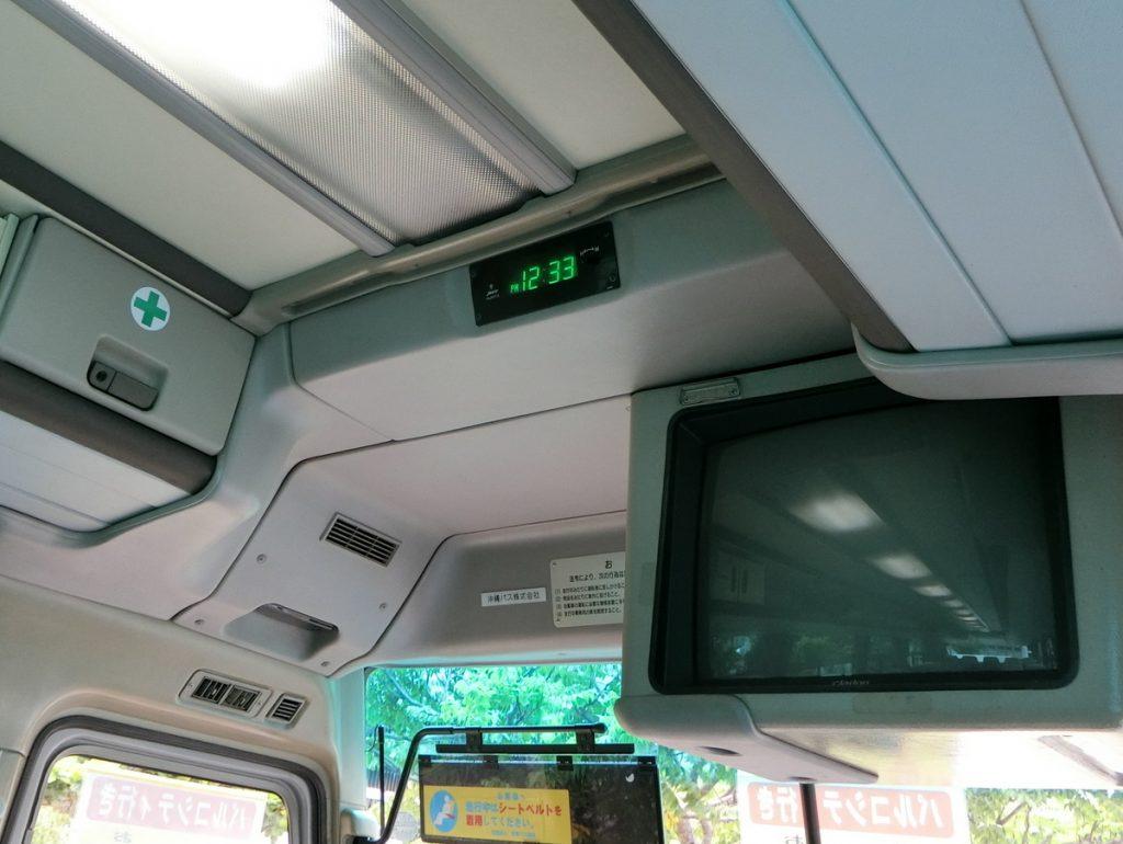 無料シャトルバス車内の時計