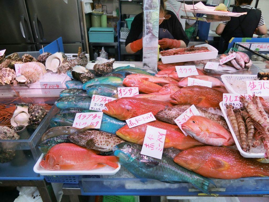 牧志公設市場の鮮やかな魚
