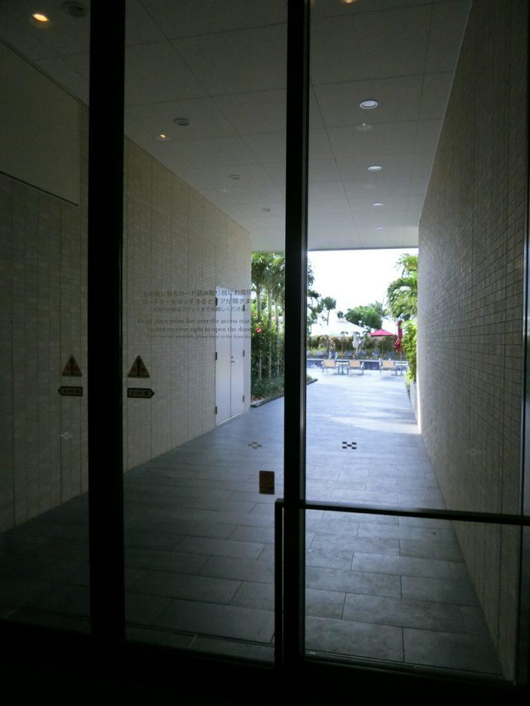 プール出入り口