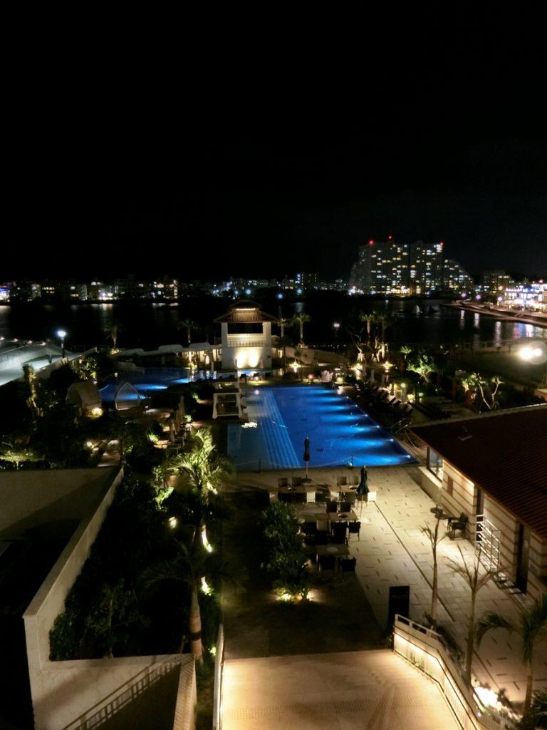 ライトアップされたプールと夜景