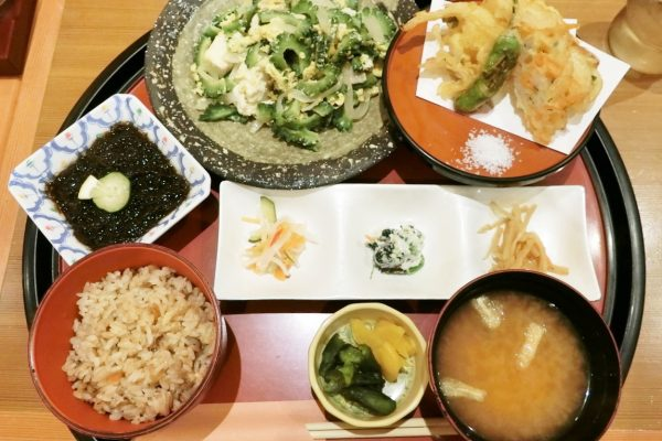 和食と沖縄料理あだんでゴーヤチャンプルー・もずく酢・ジューシーを堪能【那覇空港 国際線ロビー】